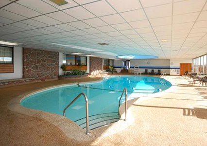 Clarion Hotel Milwaukee Airport Pool Side