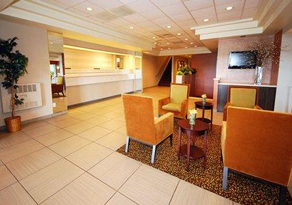 Clarion Hotel Milwaukee MKE Lobby